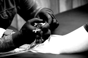 Se tatúa la carta de su abuela