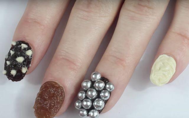 Olvídate de que te regañen por comerte las uñas ¡ahora puedes hacerlo sin problema!