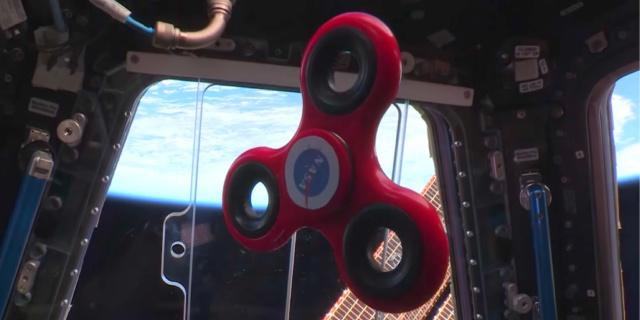 Astronautas se divierten con un spinner